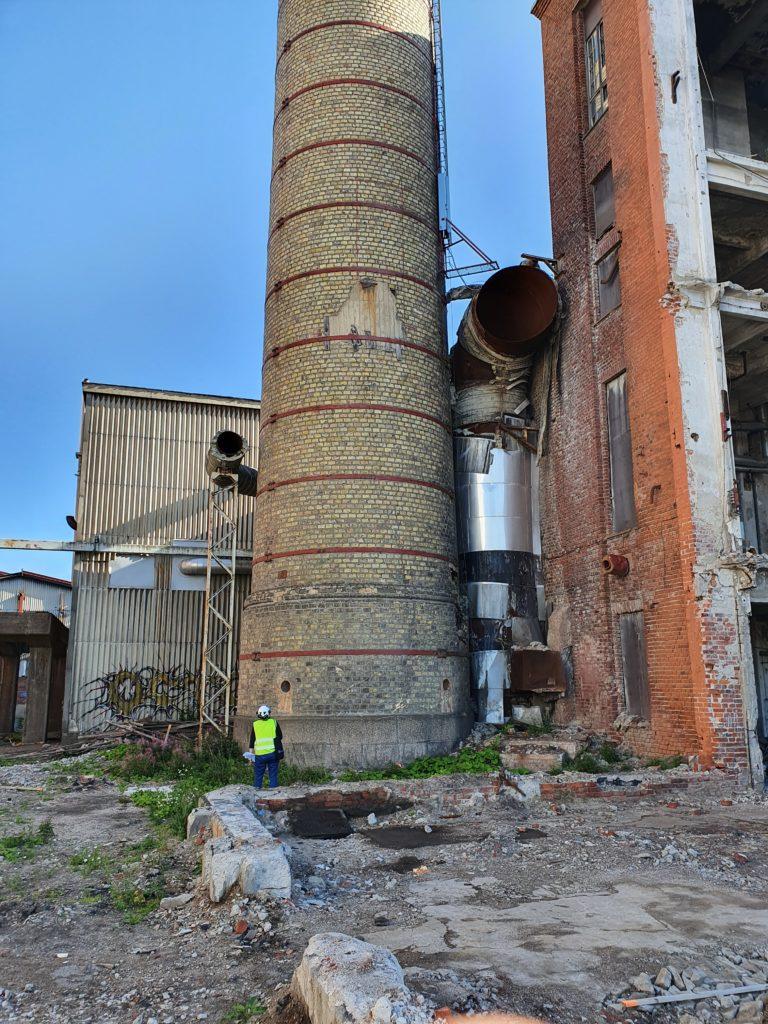 Vanha tehtaan piippu Hiedanrannassa