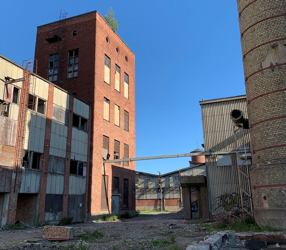 Purettavia tehdasrakennuksia Hiedanrannassa
