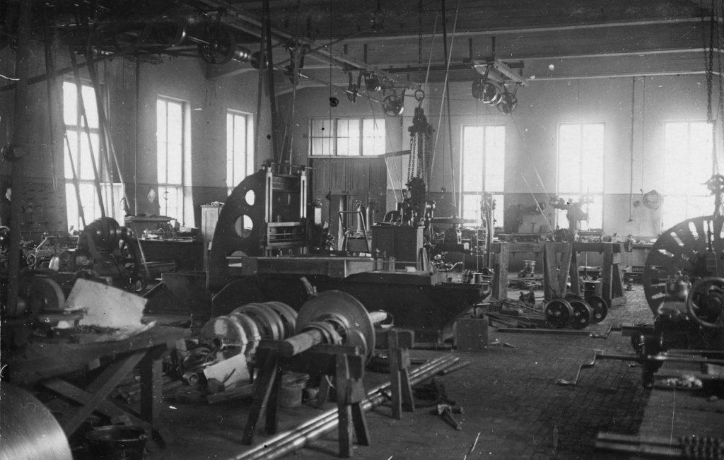 Näkymä verstaan koneisiin 1900-luvun alussa